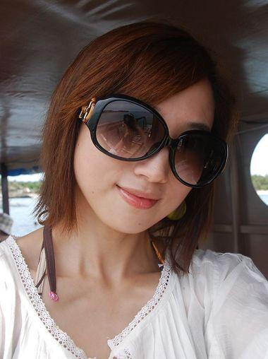 大脸戴眼镜斜刘海中短发发型