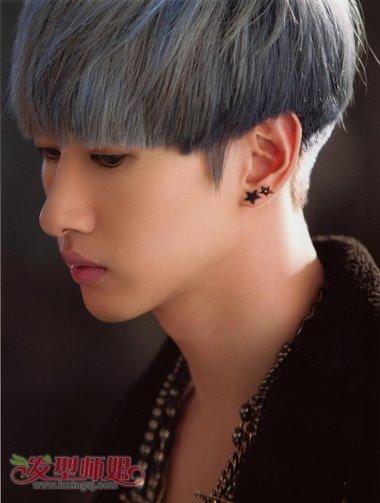男人深灰色染发蓝色挑染短发发型